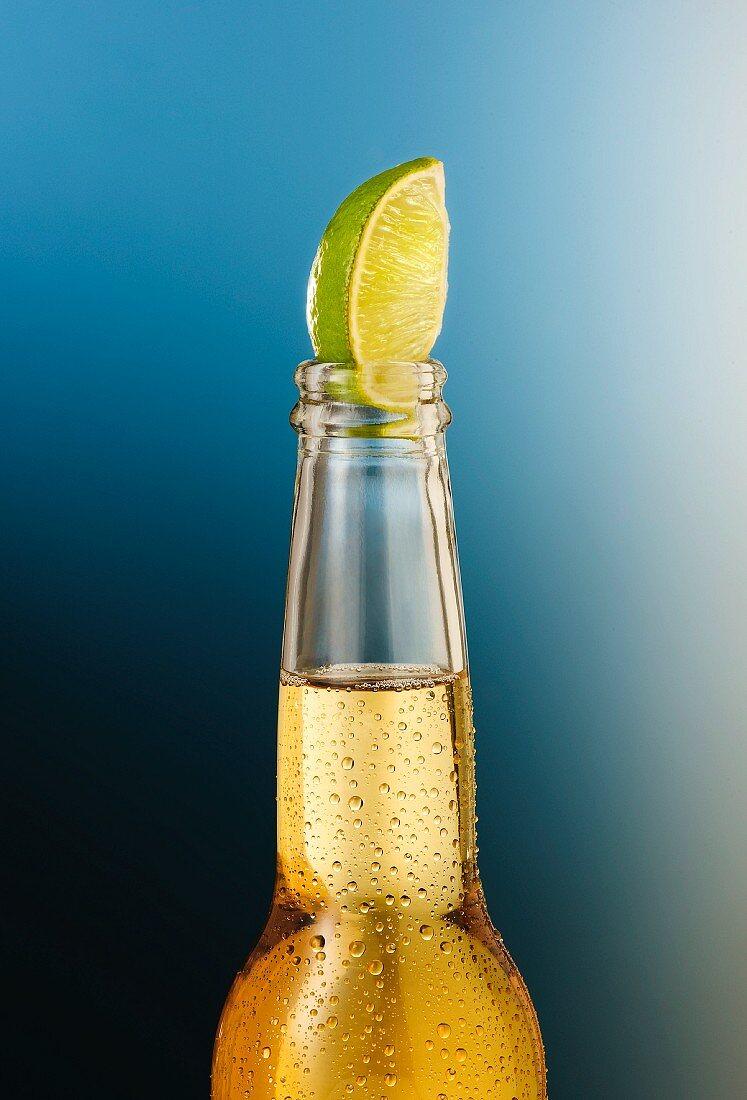 Betaute Bierflasche mit Limettenspalte