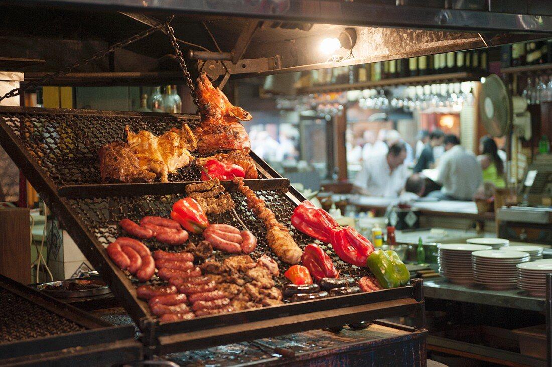 Grillfleisch auf Grillgitter in Marktumgebung in Argentinien