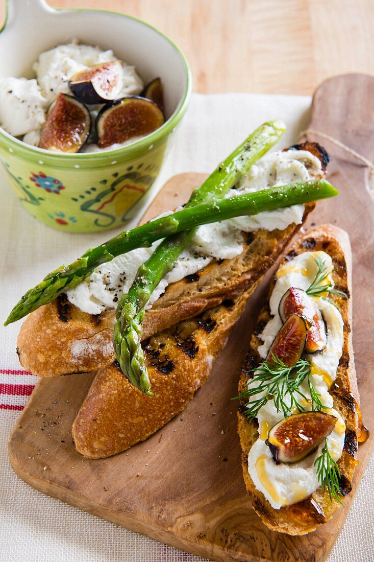 Crostini mit Ziegenfrischkäse und grünem Spargel oder mit Dill, Honig und Feigen