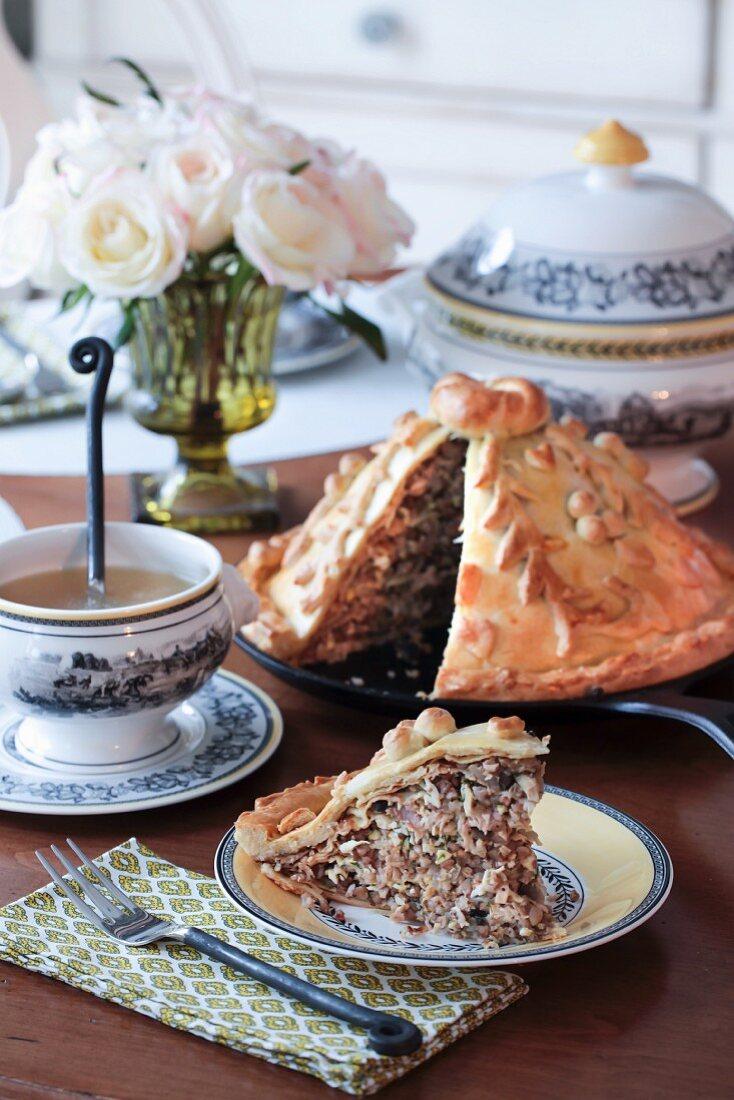 Kurnik (Hähnchenpie mit Pilzen, Kasha und Ei, Russland) und hausgemachte Hühnerbrühe
