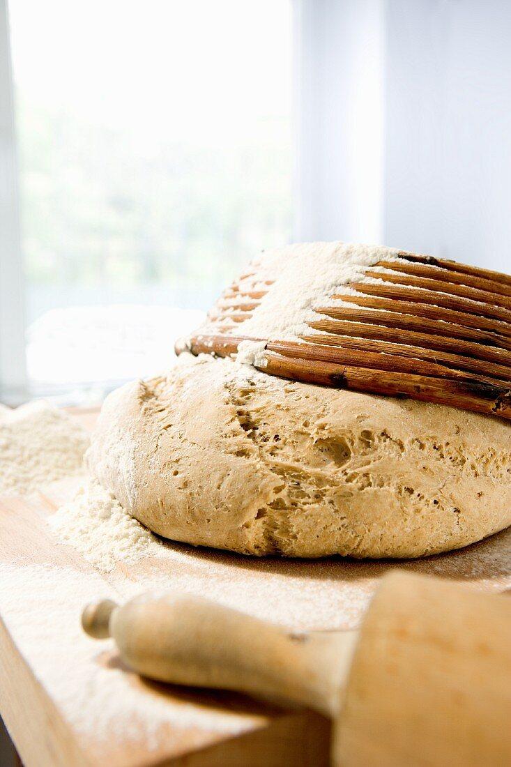Weizen-Roggen-Teig mit Brotbackform und Teigroller