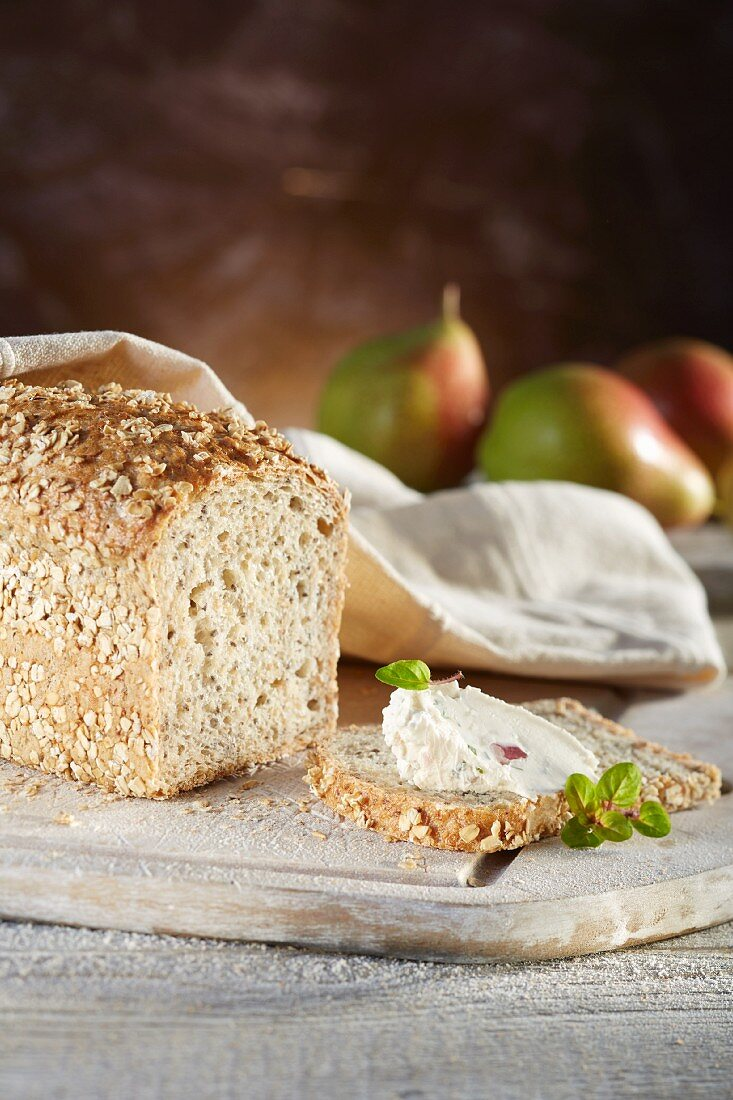 Chia and spelt bread with cream cheese, oregano and pears