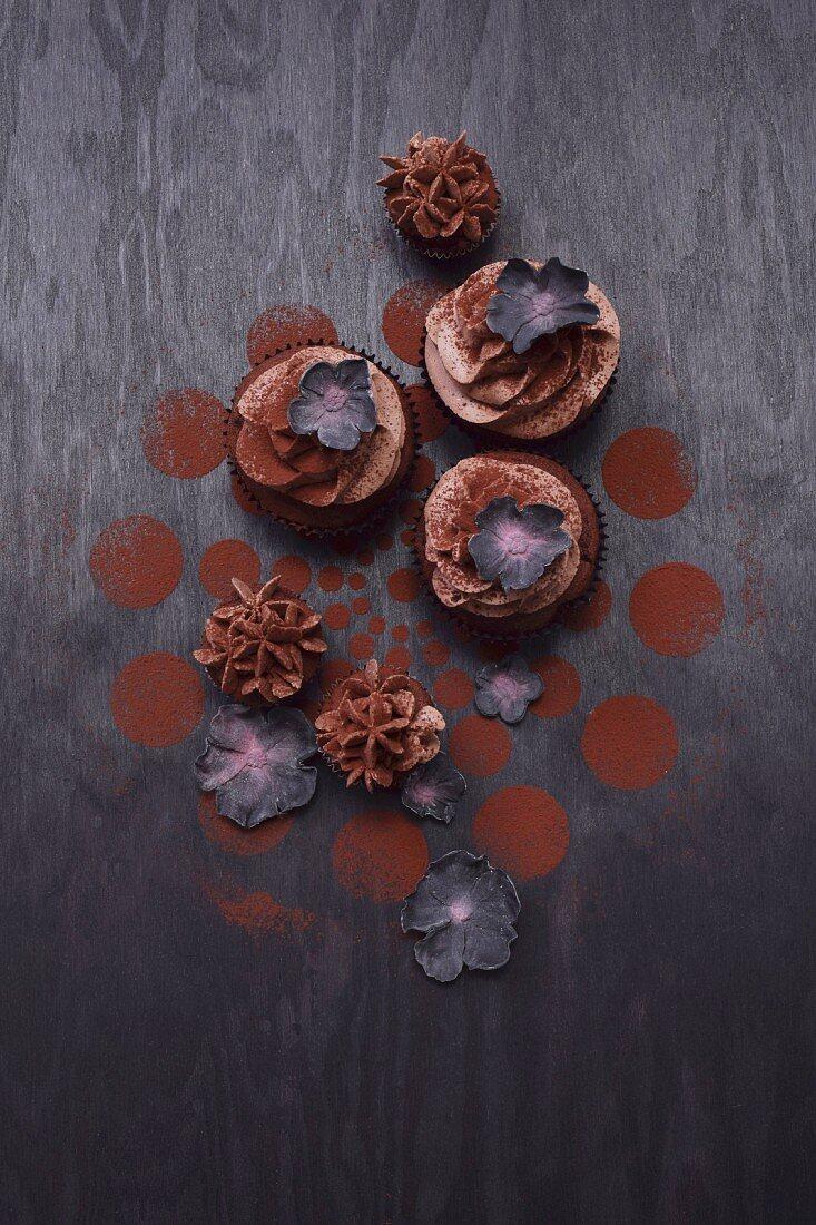 Cupcakes mit schwarzen Zuckerblüten
