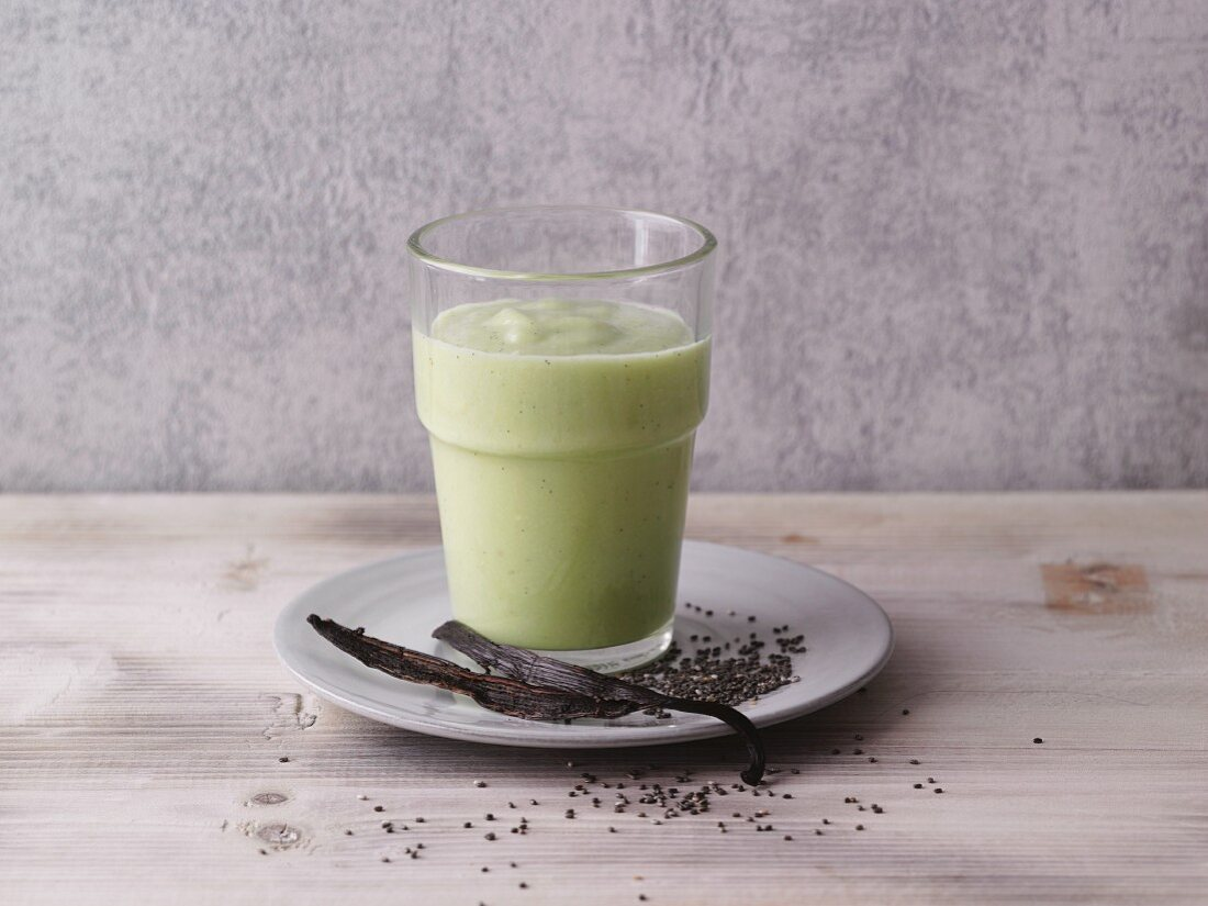 An avocado and coconut smoothie with vanilla and chia seeds (LCHF)