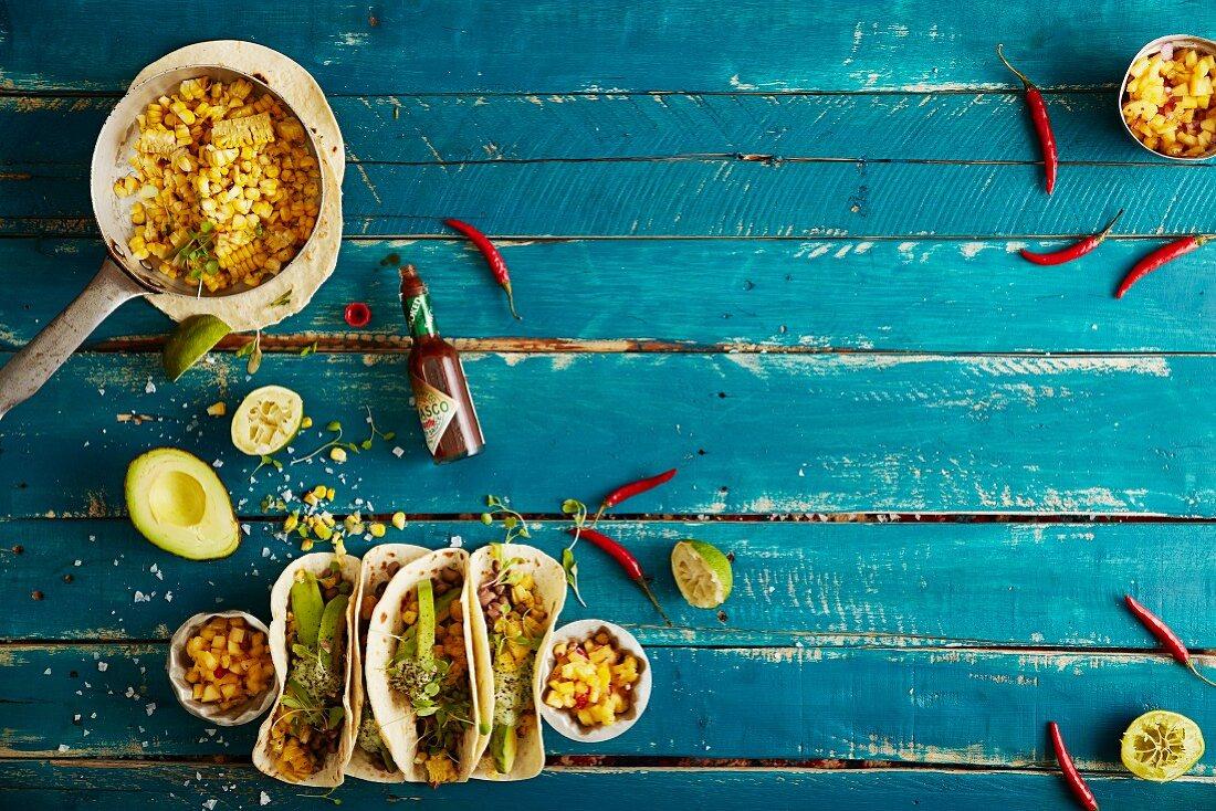 Soft Shell Tacos mit gegrilltem Mais, würzigen Augenbohnen, Cashewcreme und Ananas-Chili-Salsa (Mexiko)