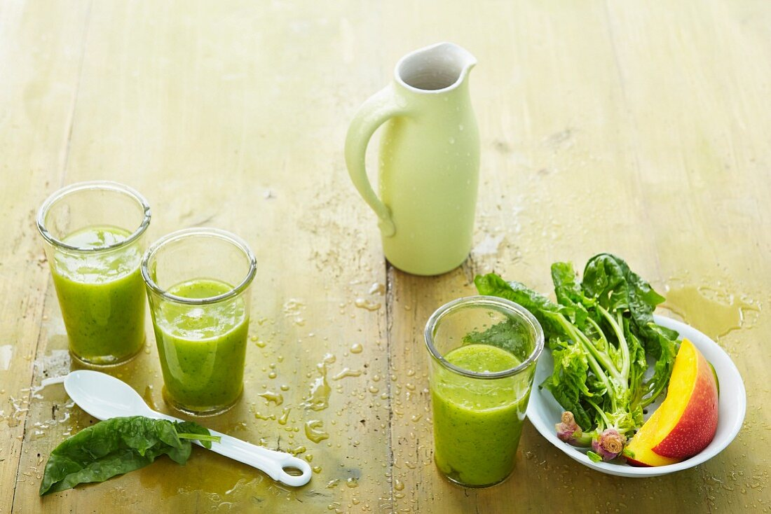 Mango and spinach smoothies with ginger and coconut water