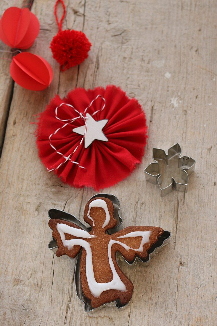 Gingerbread angel decorated with icing sugar inside the cookie cutter