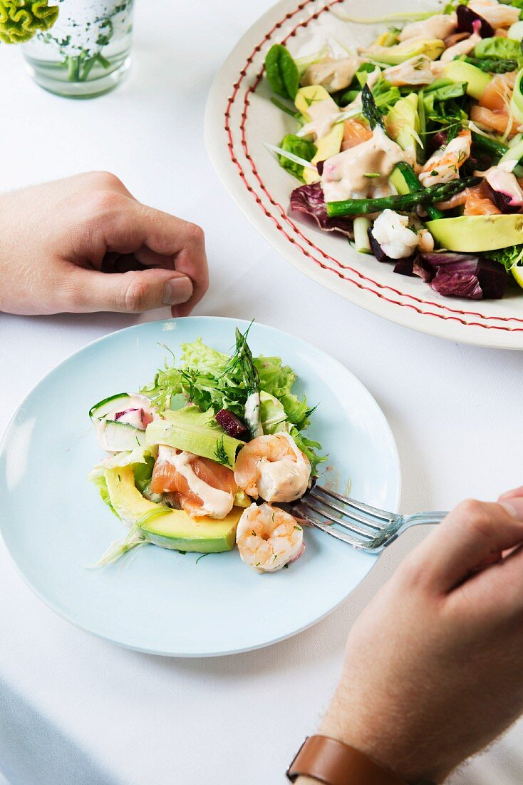 A colourful salad with prawns and avocado