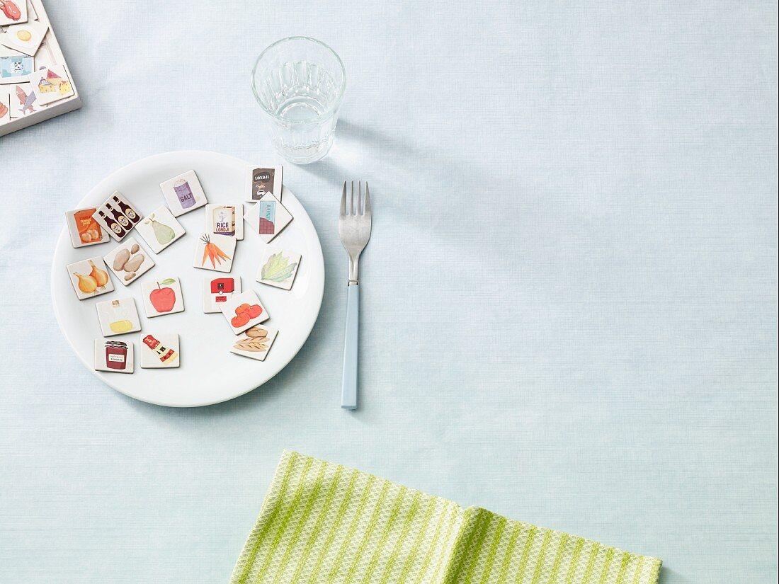 Memorykarten mit Lebensmittelmotiven auf Teller