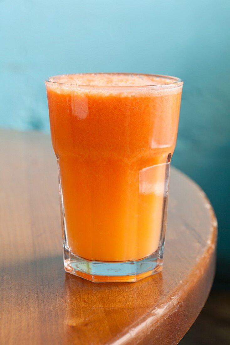 Karotten-Apfel-Saft mit Zitrone, Limette und Ingwer