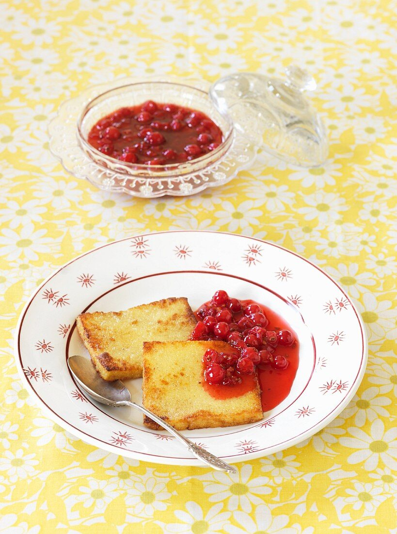 Semolina slices with redcurrant compote