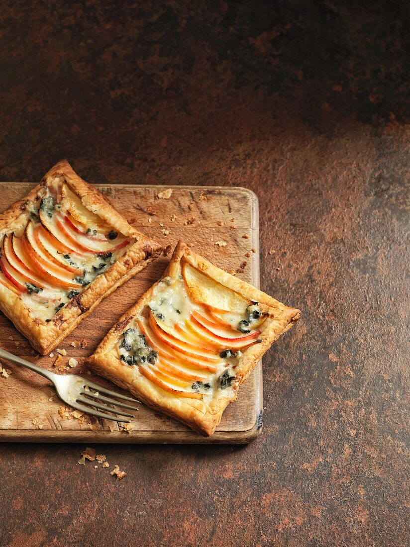 Apple tartlets with blue cheese