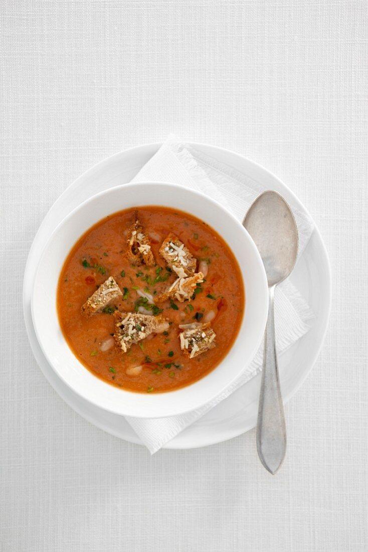 weiße Bohnensuppe mit Käsecroutons