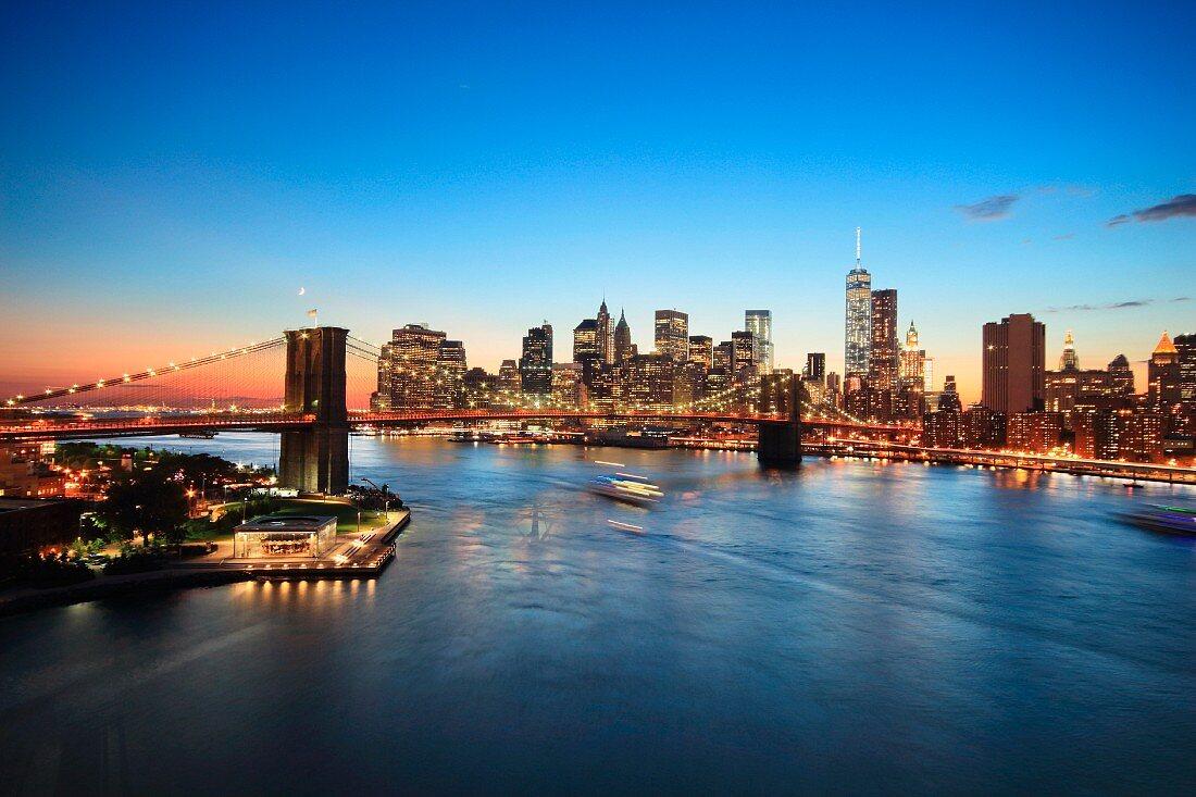 Blick auf die Skyline von Manhattan mit Brooklyn Bridge (New York, USA)