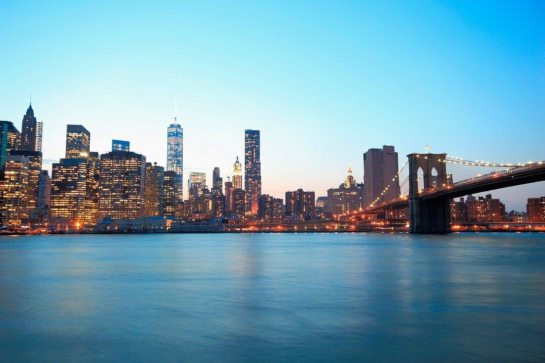 Skyline von Manhattan mit Brooklyn Bridge (New York, USA)