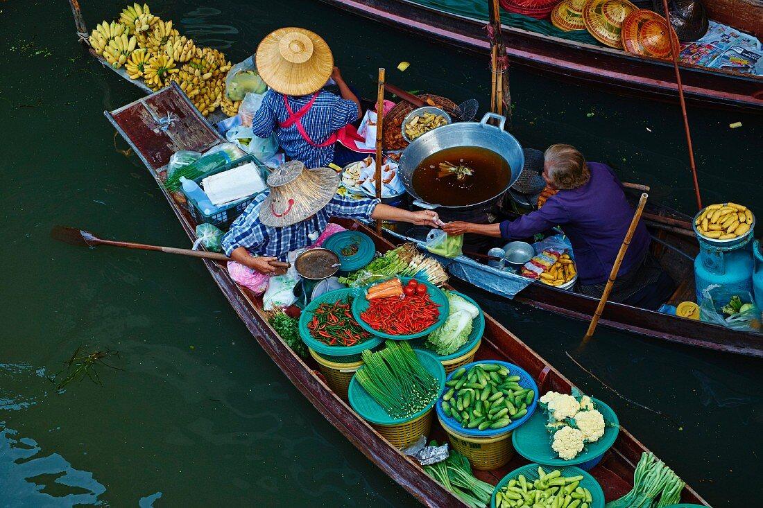 A floating market, Damnoen Saduak, Ratchaburi Province, Thailand, South-East Asia