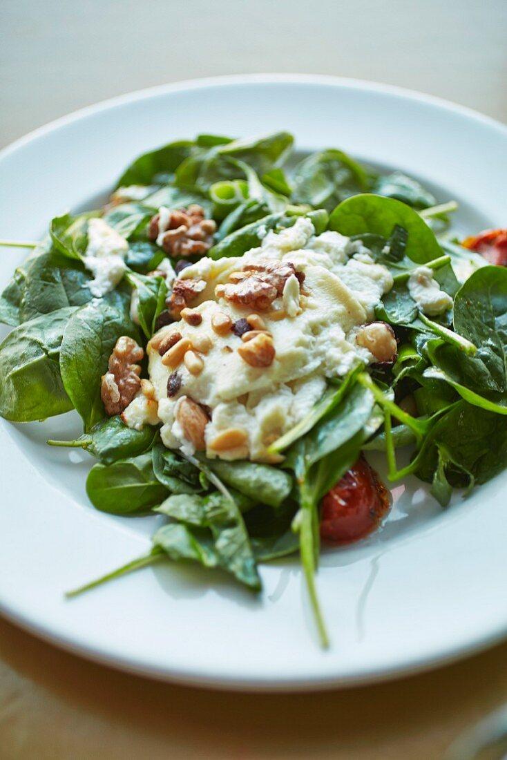 Spinatsalat mit Hummus-Dressing, Tomaten und Nüssen