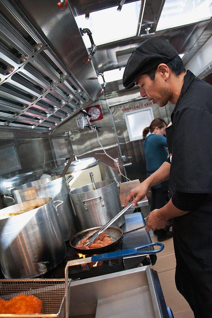 Koch bereitet japanisches Essen zu in seinem Food Truck (San Francisco, USA)