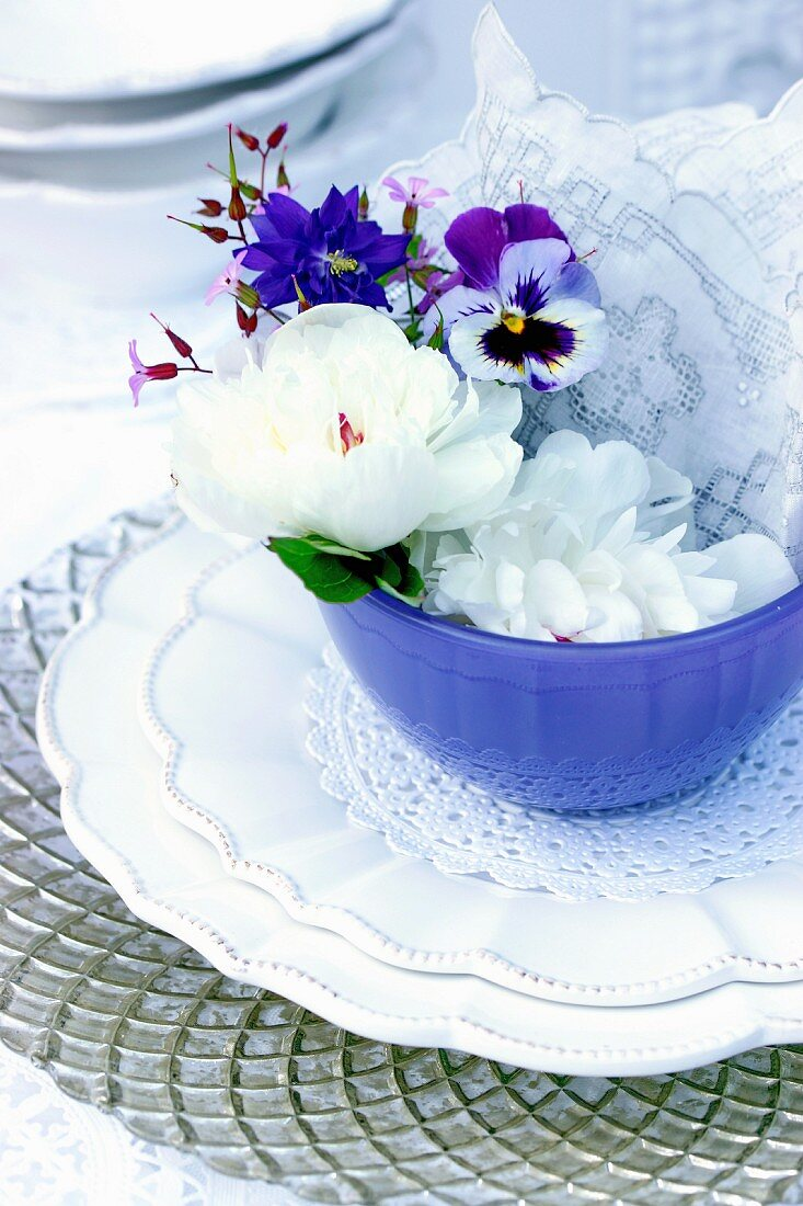 Gedeck dekoriert mit Frühlingsblüten & Tortenspitze
