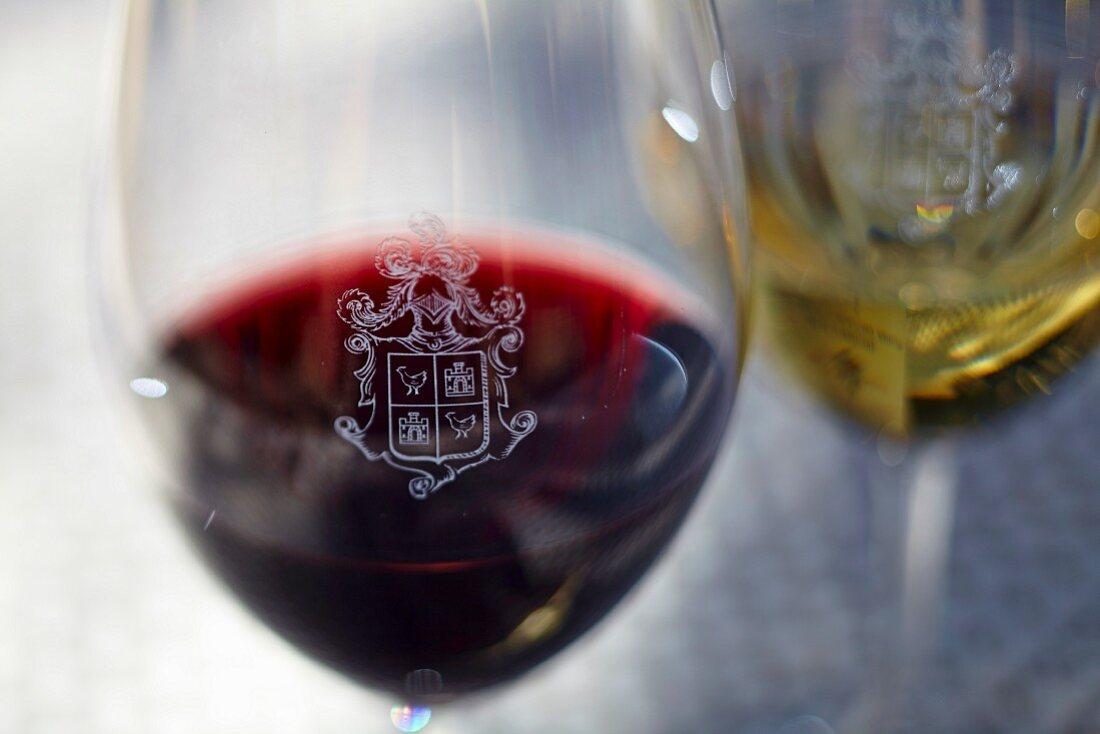 Weingläser mit Wappen des Weinguts Beaucastel in der Appellation Chateauneuf-du-Pape, Frankreich