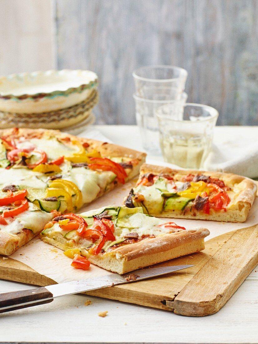 Courgette and pepper pizza with mozzarella