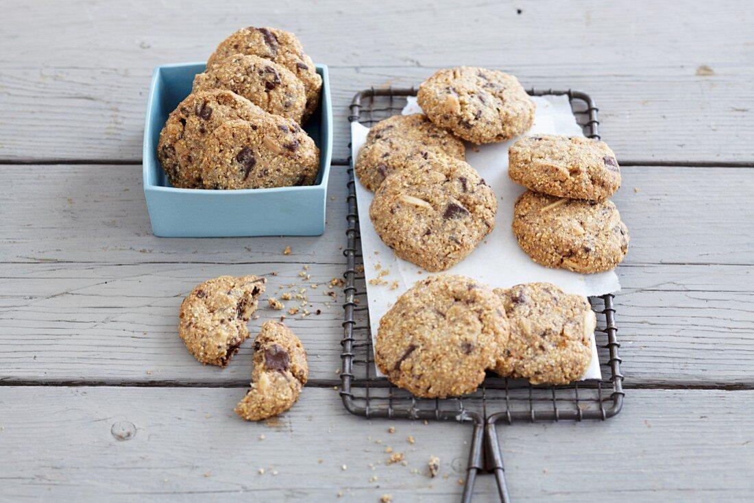 Amaranth and chocolate cookies