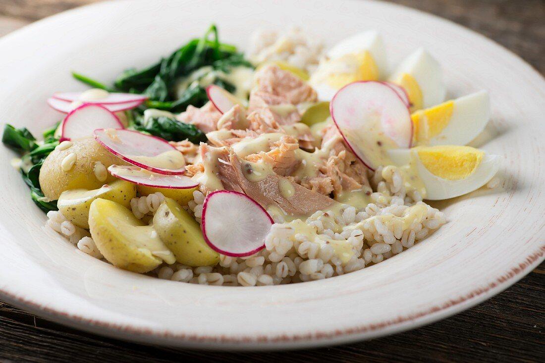 Weizensalat mit Thunfisch, Kartoffeln und Ei