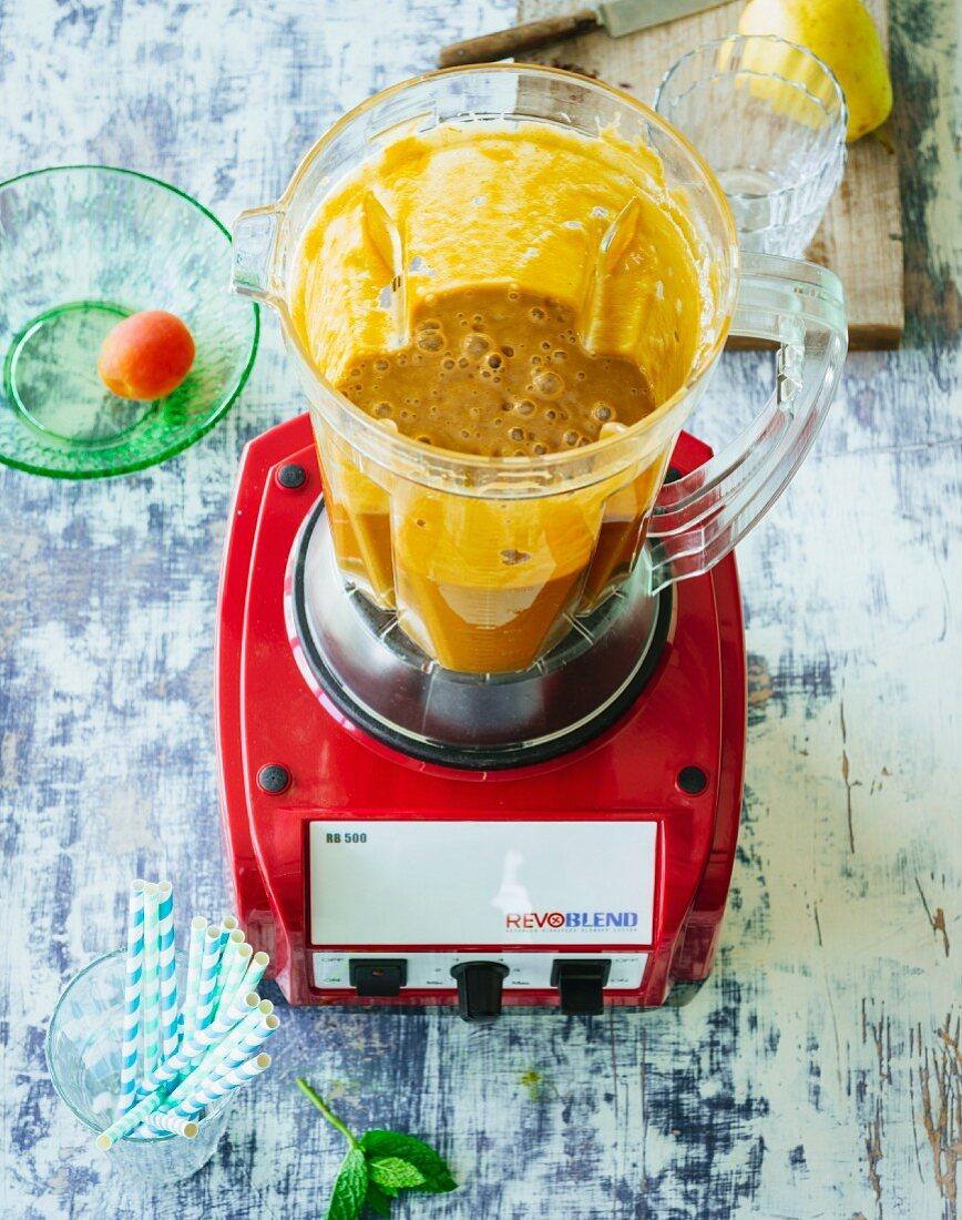 Feigen-Dattel-Smoothie mit Banane, Aprikosen, Minze und Acaipulver