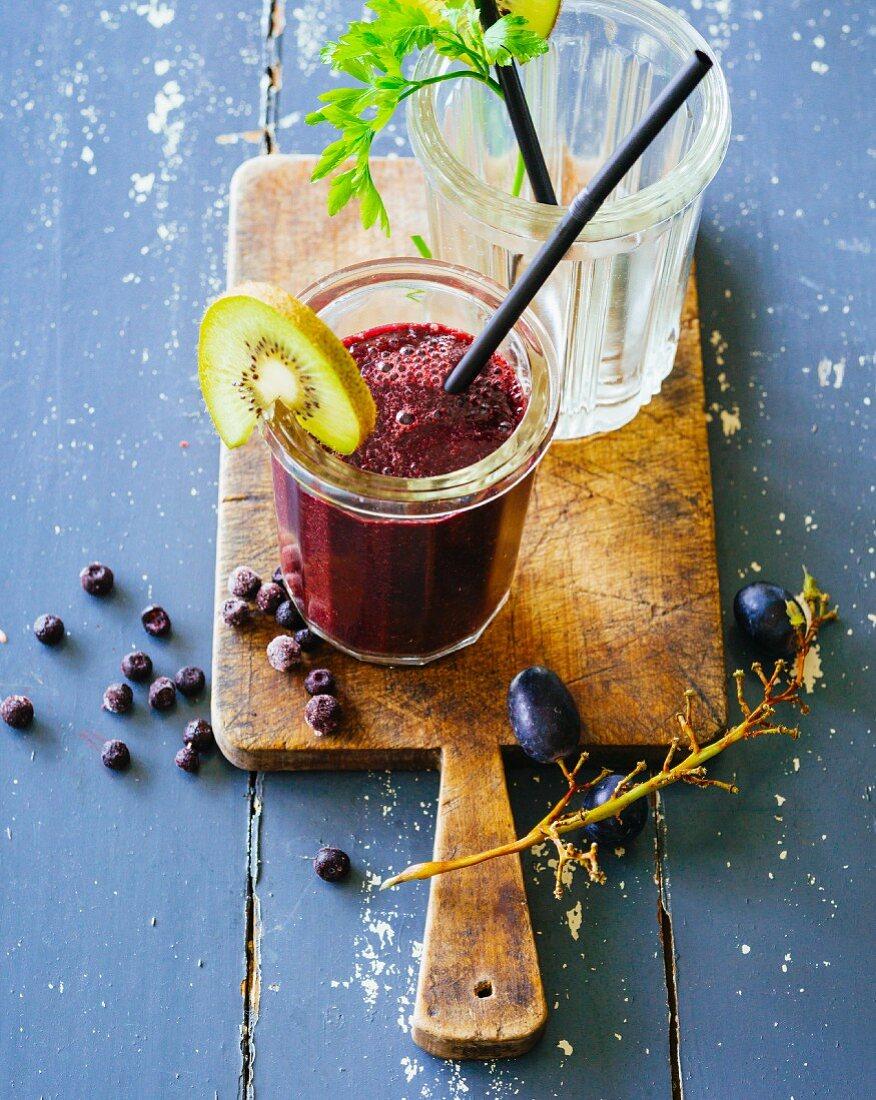 Heidelbeer-Kiwi-Smoothie mit Weintrauben, Spinat, Petersilie und Brennnesseln