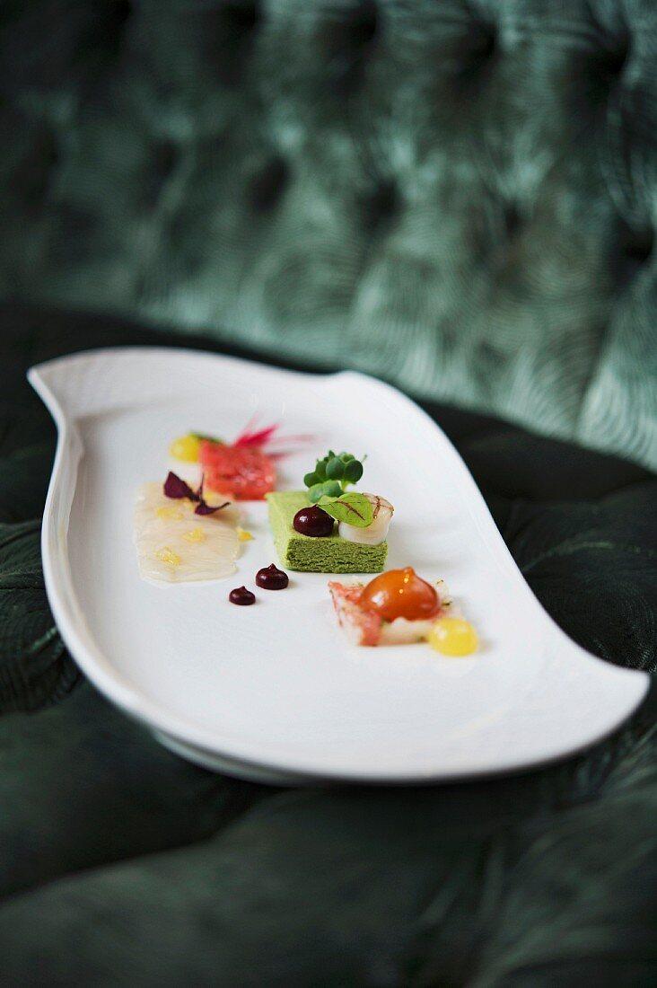 Appetiser: scallops, grapefruit and tarragon, 'Caroussel' restaurant in Dresden