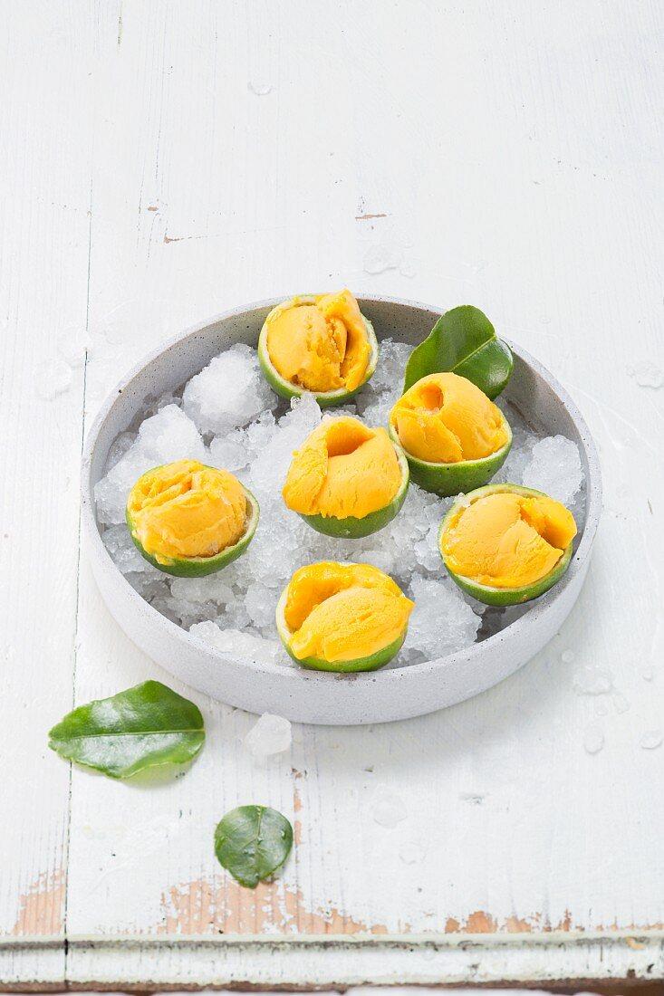 Mangosorbet in geeisten Limetten