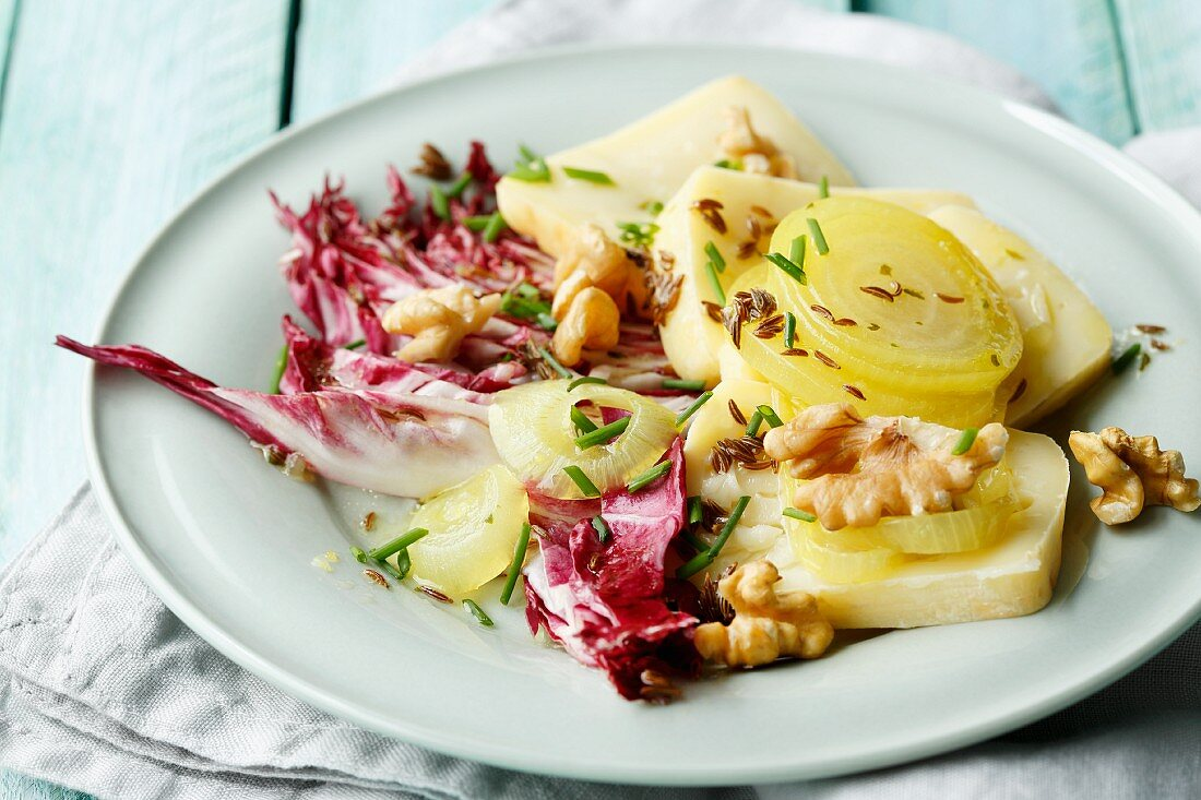 Limburg onions, walnuts and radicchio
