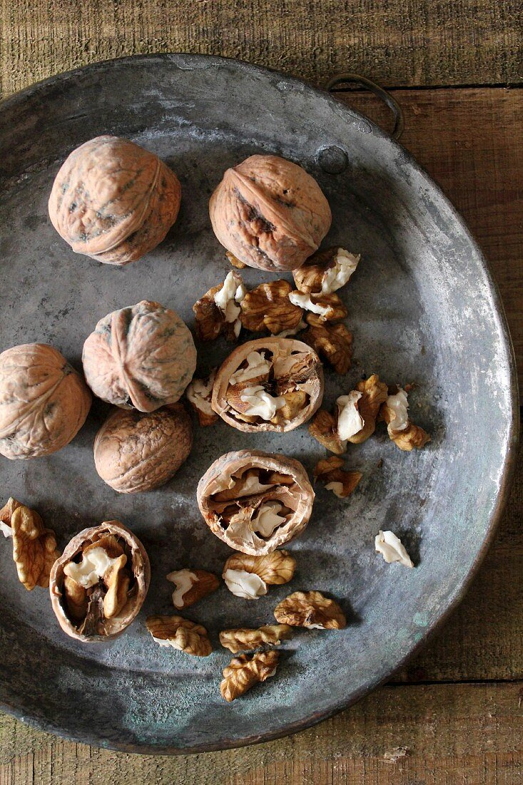 Walnuts, whole and cracked