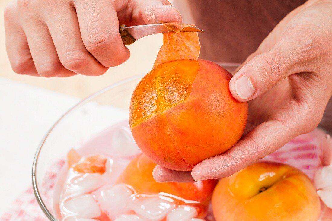 Heiss überbrühte Pfirsiche häuten
