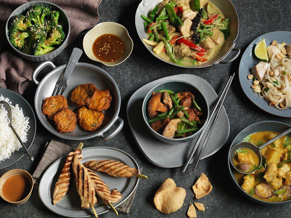 Tableau mit verschiendenen pikanten thailändischen Gerichten