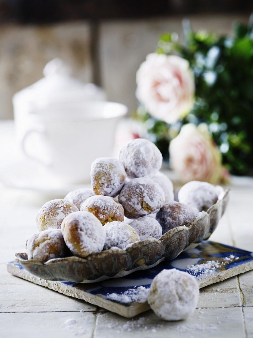 Spiced balls with icing sugar
