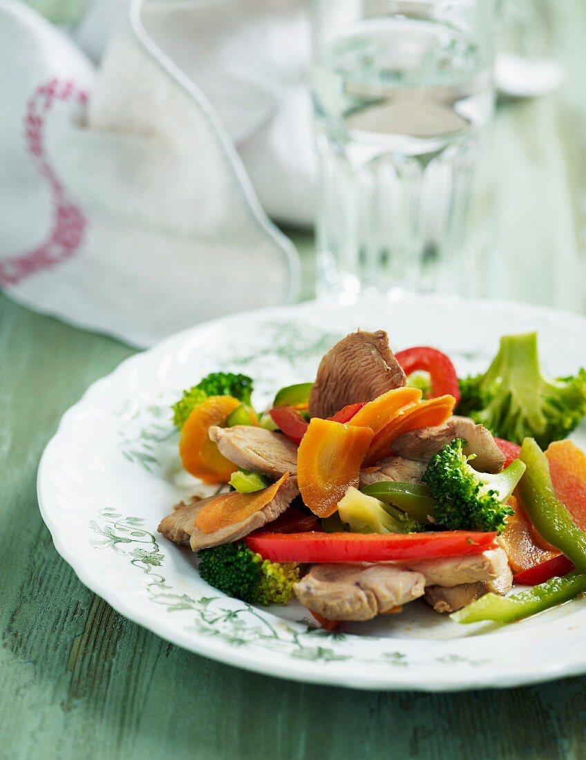 Bunte Gemüsepfanne mit Putenfleisch