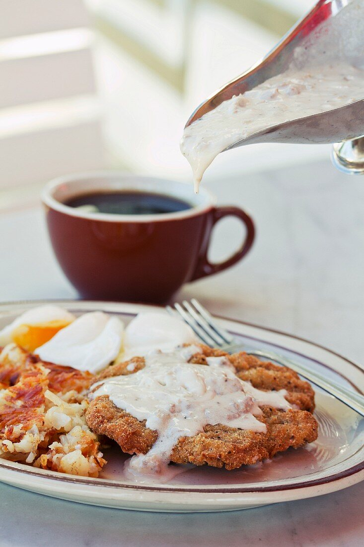 Chicken escalope with fried potatoes, egg and gravy (USA)