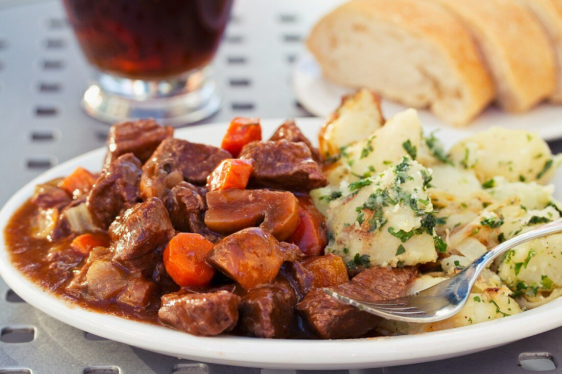 Boeuf Bourguignon with potatoes and bread