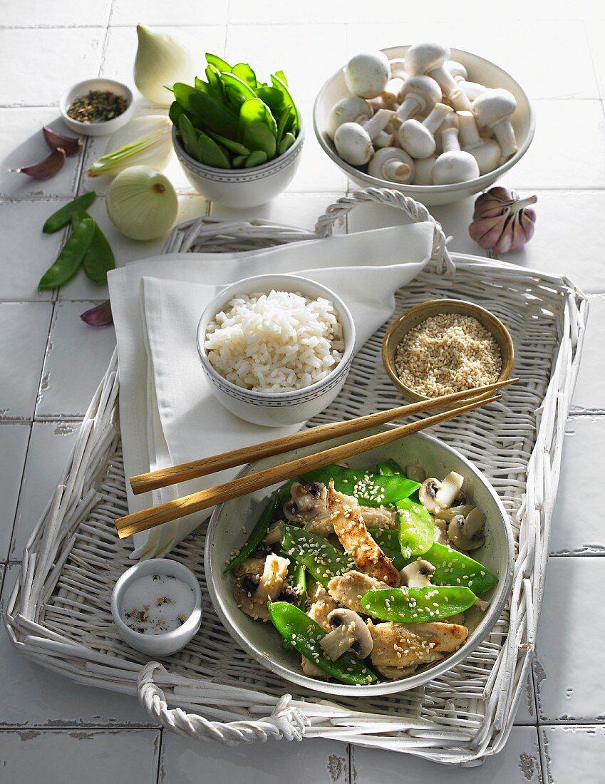 Hähnchenbrust mit Sesam, Zuckerschoten, Champignonsauce und Reisbeilage (Asien)