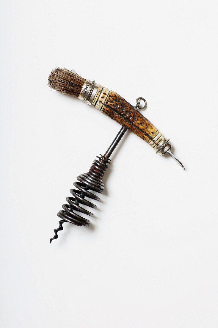 Korkenzieher mit Hirschhorngriff, offener Glocke, Silberapplikationen, kleines Kapselmesser und Pinsel zum Korkensäubern, 1860 (Sammlung Von Kunow)