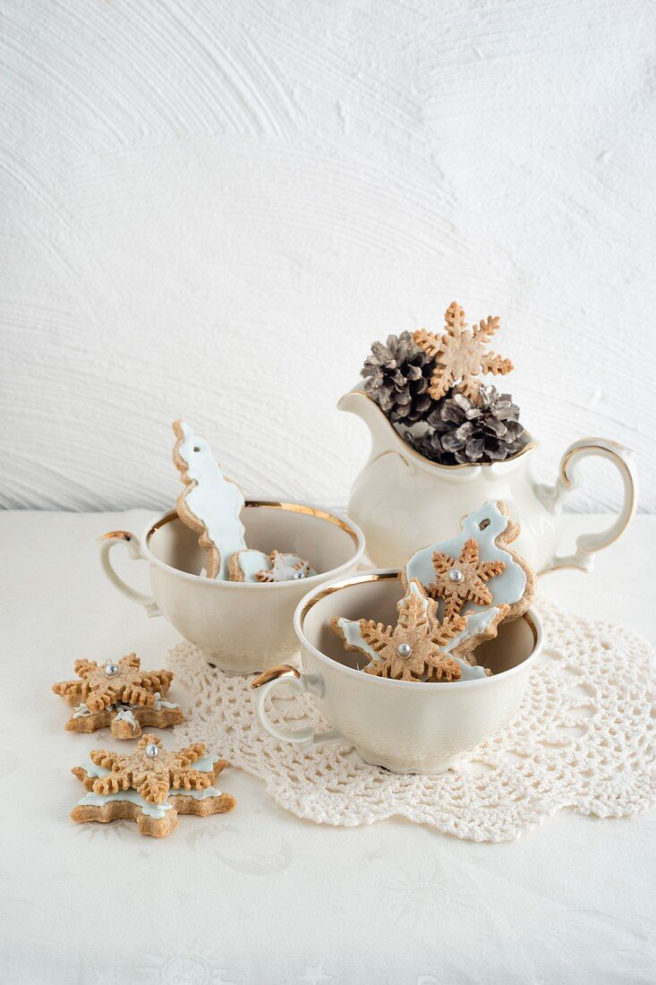 Christmas biscuits as tree decorations in a porcelain cups