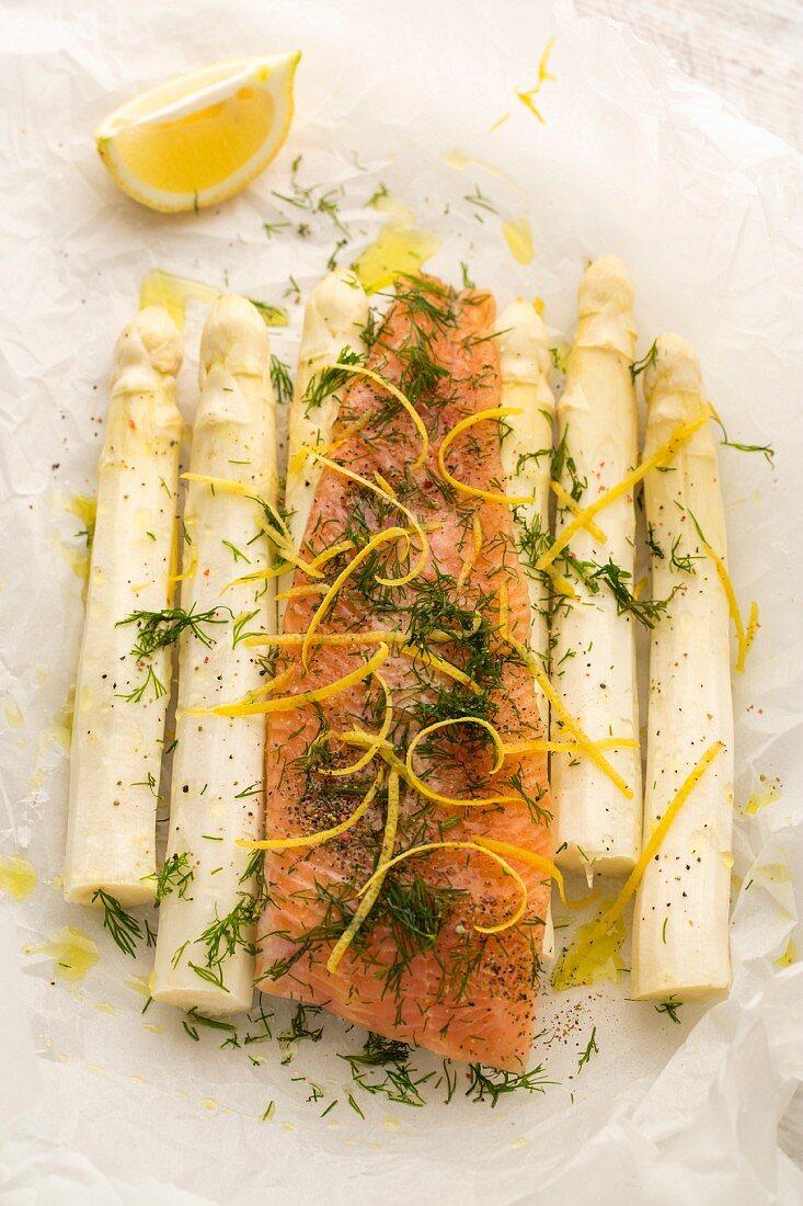 Alpenlachs mit Zitronenzesten, Fleur de Sel, Pfeffer, Olivenöl und Dill auf weißem Spargel in Pergamentpapier (zum Grillen)