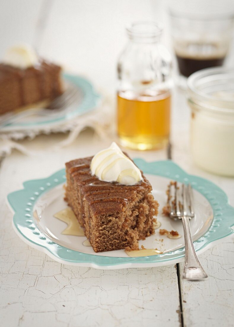Ginger slices with cream and syrup
