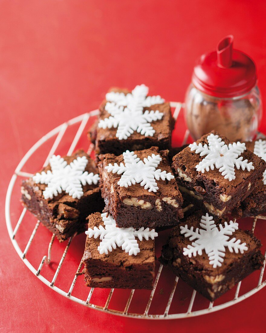 Brownies with cola-soaked raisins and snowflake decorations