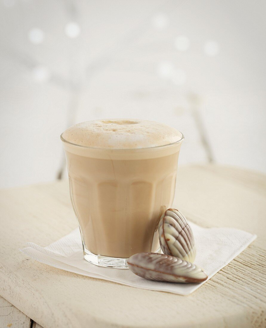 Café au lait with chocolate seashells