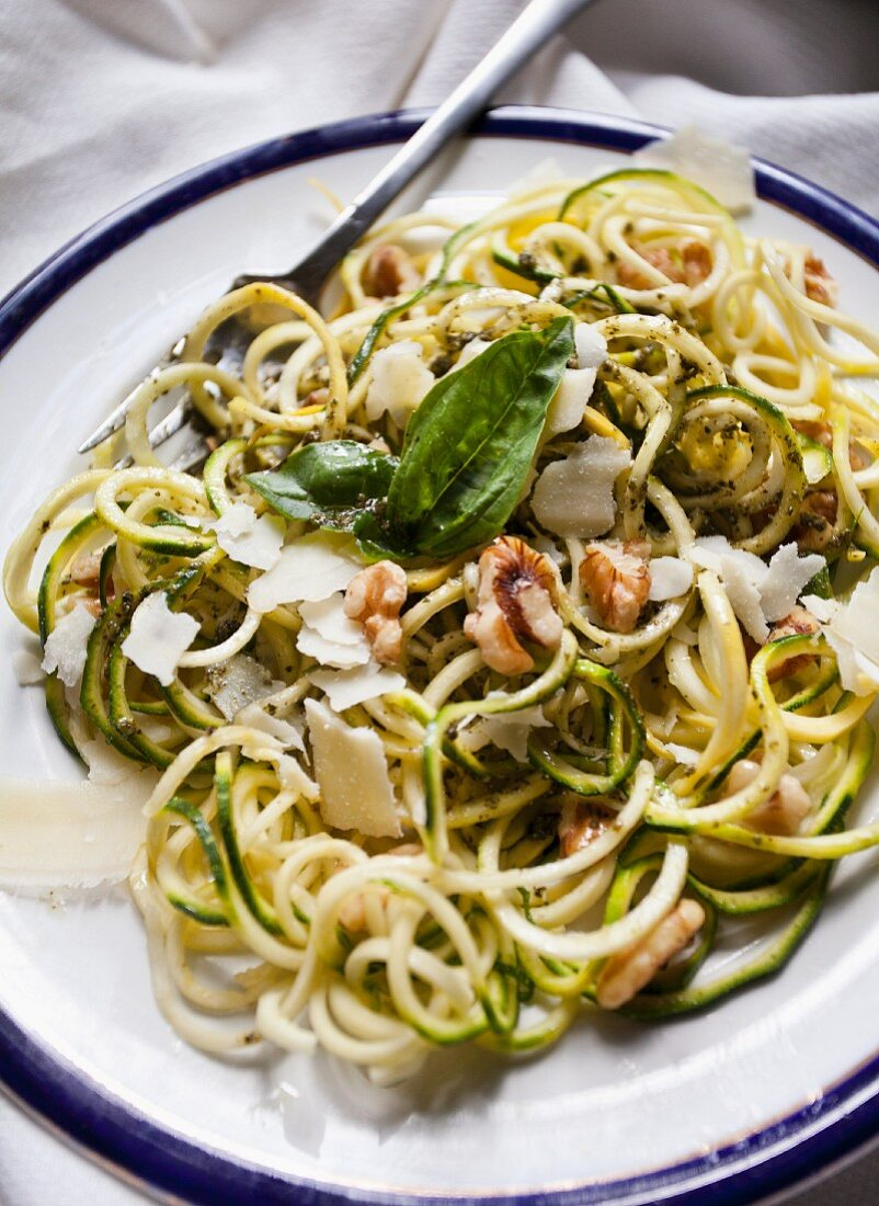 Courgette noodles with pesto, walnuts and Parmesan cheese