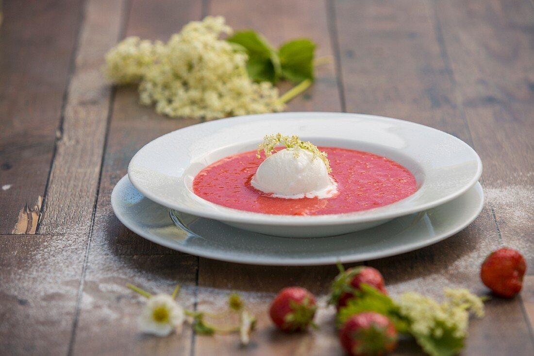 Erdbeersuppe mit Holundersorbet