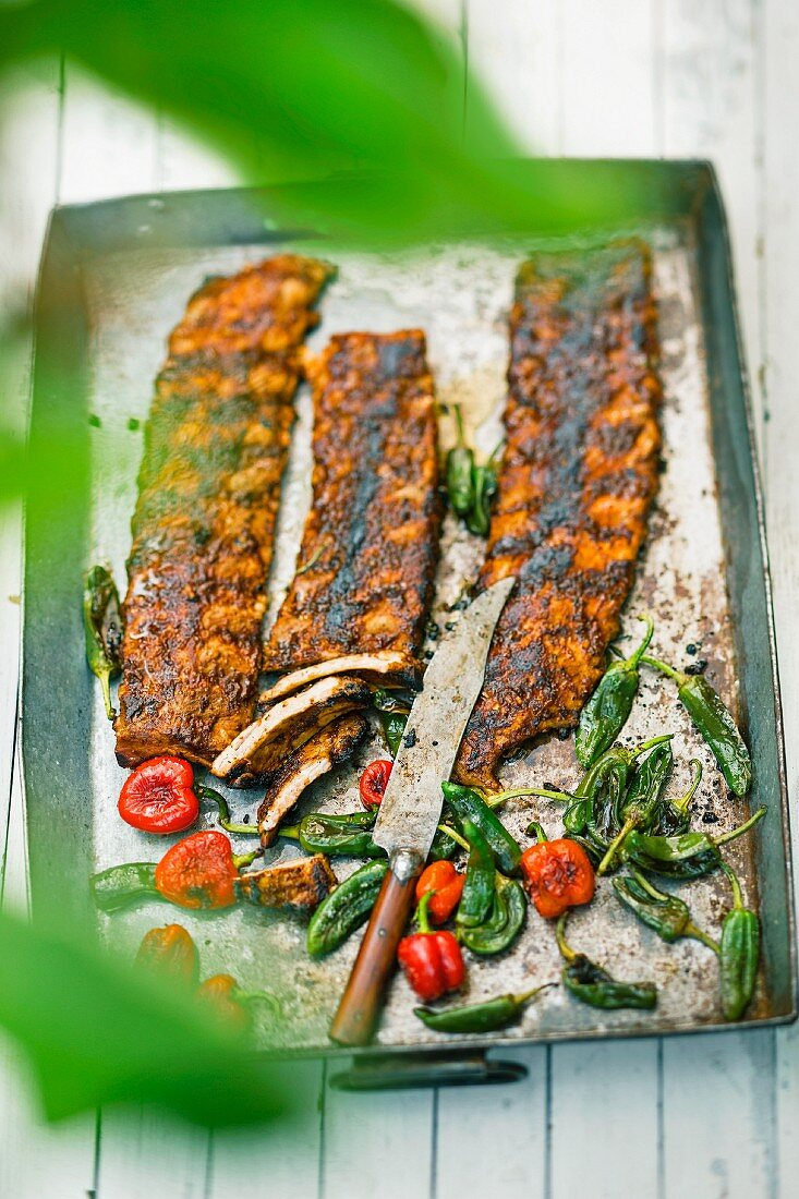 Tender, grilled spare ribs with mini peppers