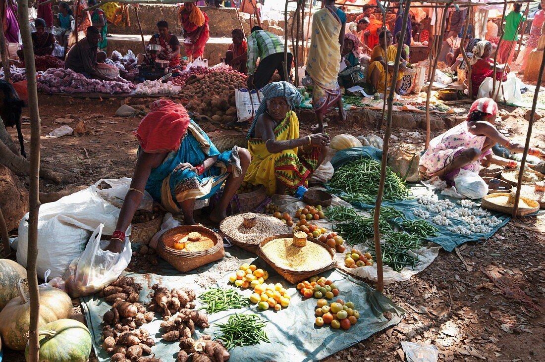 Gemüsestände auf einem Wochenmarkt, Guneipada, Koraput Bezirk, Orissa, Indien
